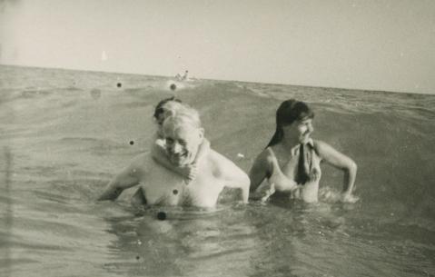 Henri Lefebvre con su hija pequeña Armelle y su entonces compañera, Nicole Beaurain, en 1973 | Fuente: MArio Gaviria