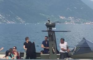 El actor estadunidense Willem Dafoe con su lancha rápida por el Lago de Iseo | Foto: San Marco